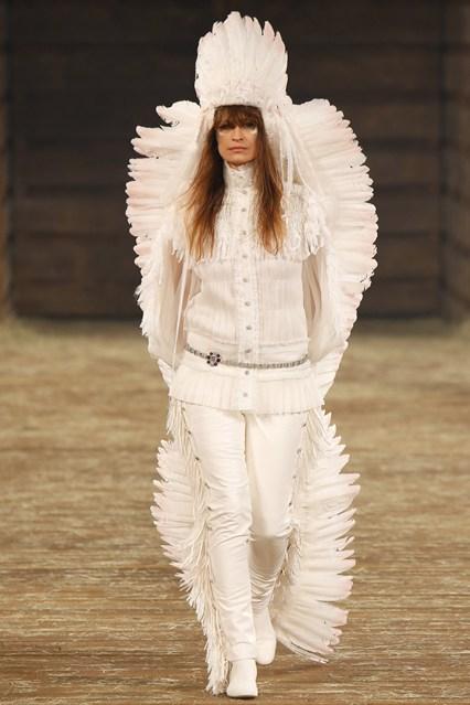 Caroline de Maigret fechou o desfile - em grande estilo!